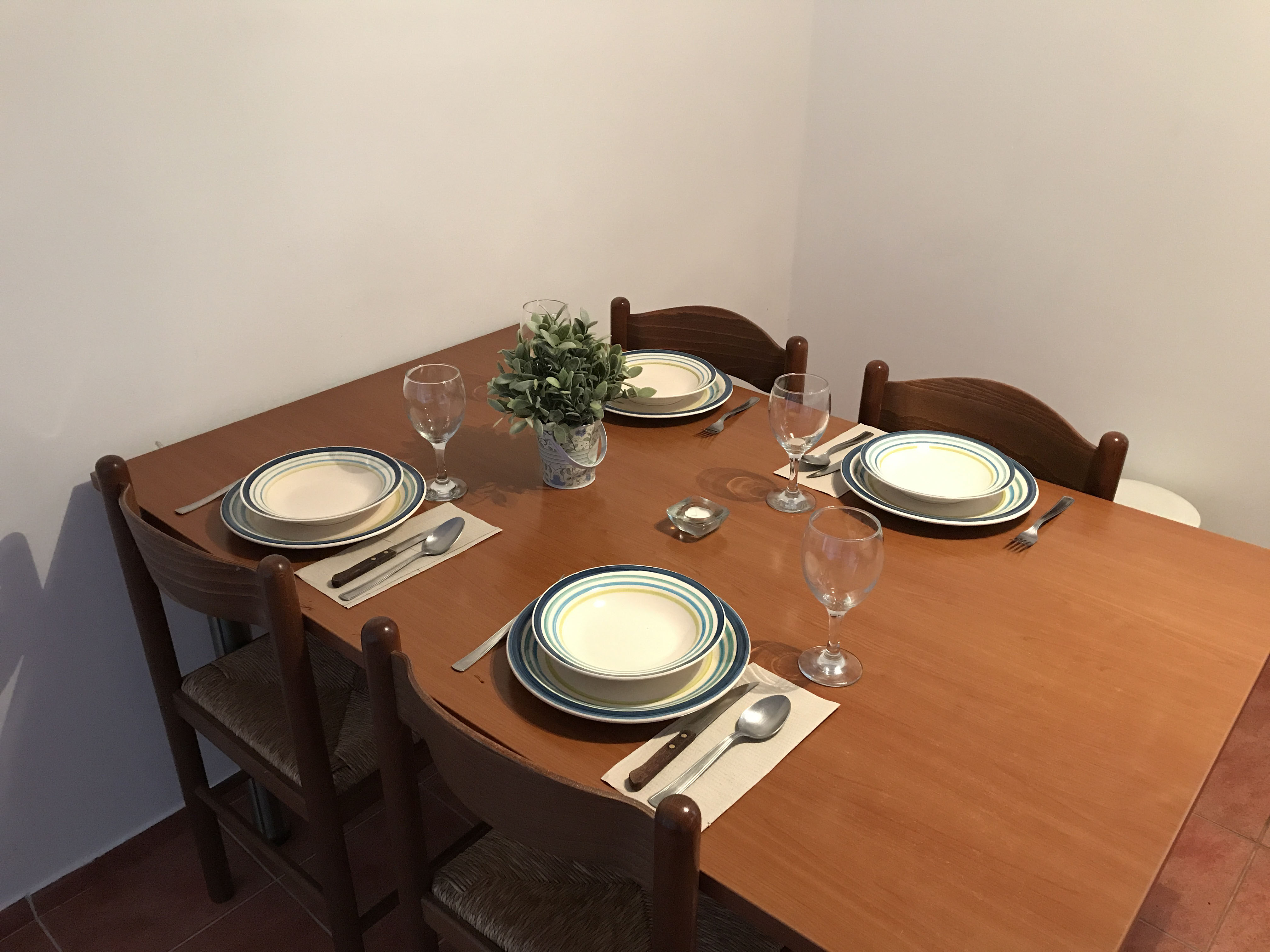 dining-table-in-apartment-2